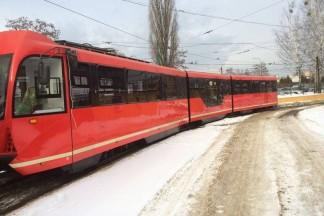 Czerwony pociąg zimą