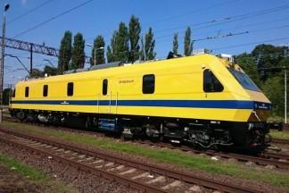 Żółta lokomotywa z niebieskim akcentem