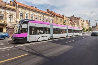 Szary tramwaj z różowymi akcentami