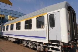 Szary wagon z żółtymi i niebieskimi akcentami